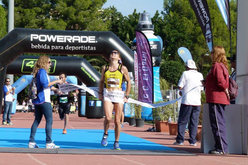 Davinia Albinyana logra la primera posición en la media maratón de Gandía